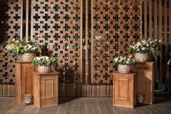Большой букет свежих цветков, гвоздики персика и белых роз в плетеной корзине на деревянном столе, домашнем оформлении, годе сбор Стоковое фото RF
