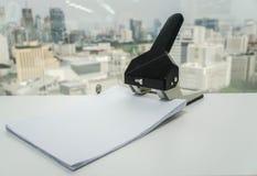 Большой бумажный пунш с листом дела A4 для файла в офисе Стоковые Изображения RF