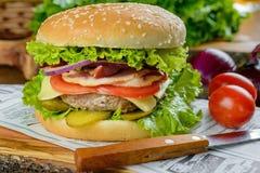 Большой бургер на газете Стоковые Изображения RF