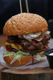 Большой бургер с вытягиванным мясом свинины на деревянном отрезке Стоковое Фото
