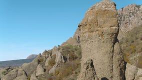 Большой валун утеса для взбираться утеса и скалы съемка Конец-вверх ландшафта горы акции видеоматериалы