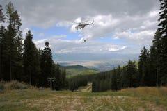 Большой вертолет транспортирует груз в лыжном курорте Bansko Стоковое фото RF