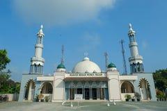 Большой взгляд низкого угла фронта Nurul Falah Bukateja мечети в утреннем времени стоковое фото rf