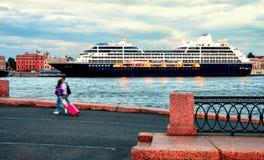 Большой вкладыш круиза на порте в Санкт-Петербурге стоковые фото