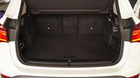 Большой вместительный хобот современного автомобиля стоковые изображения rf