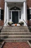 Большой вход дома стиля США колониальный увиденный в Новой Англии Стоковые Фотографии RF