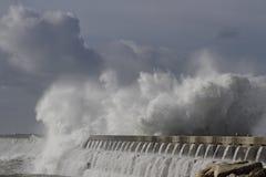 Большой выплеск от ломать волны моря Стоковые Изображения RF