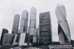 Большой город возвышается в Москве в туманной осени Стоковая Фотография