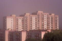 Большой город в тумане - взгляде от верхней части стоковое фото