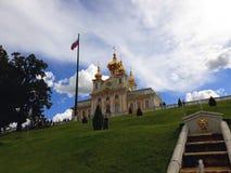 Большой дворец Peterhof и более низкий сад Peterhof стоковые изображения