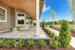 Большой деревенский дом фермы с длинним покрытым крылечком. стоковые фотографии rf