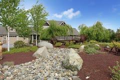 Большой деревенский дом фермы с красивейшим ландшафтом весны. стоковые изображения