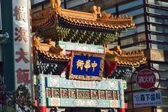 Большой деревянный строб на городке Китая в Иокогама, Японии стоковое изображение