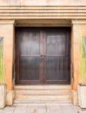 Большой деревянный строб старого бетонного здания Стоковая Фотография RF