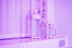 Большой деревянный фонарик, винтажная клетка птицы и розовые украшения свадьбы с цветками гвоздики и eustoma Стоковая Фотография RF