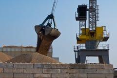 Большой желтый кран гавани Стоковое Изображение