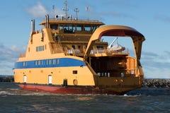Большой желтый паром корабля приезжая к порту стоковые изображения