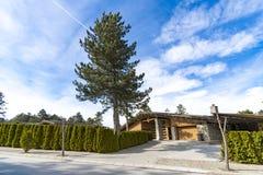 Большой загородный дом фермы с подъездной дорогой гравия Стоковые Фотографии RF