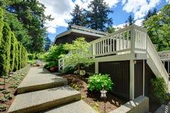 Большой задний двор дома с большими палубой и дорожкой. Стоковая Фотография RF
