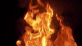 Большой закоптелый огонь сток-видео