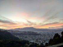 Большой заход солнца и деревья горы стоковое фото rf
