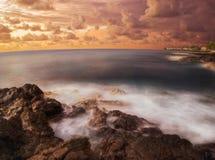 большой заход солнца настроения острова Стоковые Изображения