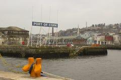 Большой знак на входе Cork гавань на причале Кеннеди на реке Ли Стоковое Изображение RF