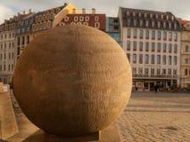 Большой каменный шарик перед церковью в Дрездене Стоковые Фото