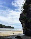 Большой камень на красивом пляже Стоковая Фотография
