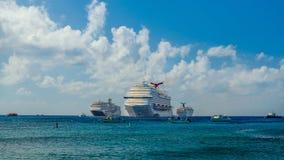 Большой Кейман-круиз Ships-2 стоковые фотографии rf