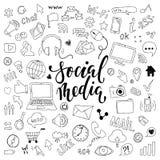 Большой комплект нарисованного рукой шаржа doodle возражает и символы с литерностью на социальной теме средств массовой информаци Стоковые Изображения