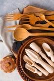 Большой комплект различных приборов кухни сделан из древесины над взглядом Стоковое Изображение