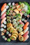 Большой комплект суш сделанный из свежих овощей и морепродуктов стоковое фото
