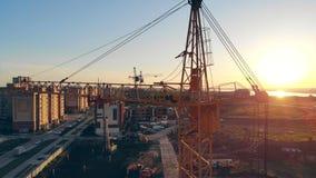 Большой кран конструкции, конец вверх Конструкция мульти-легендарной антенны зданий 4k акции видеоматериалы