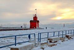 Большой красный маяк в зиме стоковое изображение rf