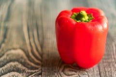 Большой красный перец паприки колокола на разделочной доске Стоковое Фото
