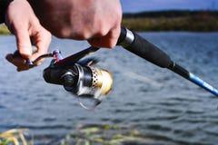 большой крепежный стержень рыболовства рыболова рыб задвижек кота ведра крадет Закручивая крупный план вьюрка Малая глубина поля  Стоковые Фото