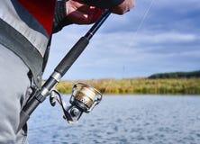 большой крепежный стержень рыболовства рыболова рыб задвижек кота ведра крадет Закручивая крупный план вьюрка Малая глубина поля  Стоковое Фото