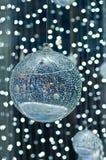 Большой кристаллический шарик с белой предпосылкой освещения Стоковые Фотографии RF