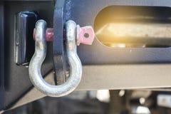 Большой крюк закрепляет автомобиль к задней части грузового пикапа Стоковое фото RF