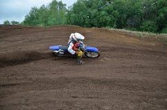 большой лавировать наклона гонщика motocross Стоковые Фотографии RF
