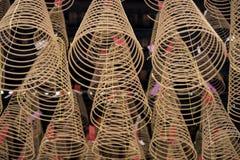 Большой ладан свертывает спиралью гореть висеть от потолка въетнамского буддийского виска стоковые фотографии rf
