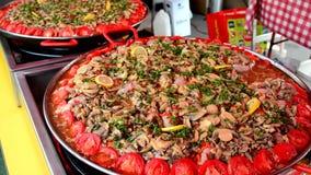 Большой лоток блюда andouillettte с овощами на рынке акции видеоматериалы