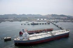 Большой масляный бак в порте нефти Стоковые Фотографии RF