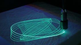 Большой маятник рисует многоточия с светом на поверхности фосфора иллюстрация штока