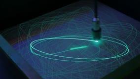 Большой маятник рисует многоточия с светом на поверхности фосфора сток-видео