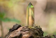Большой мистический граненный кристалл кварца на пне на предпосылке конца-вверх природы Стоковые Изображения
