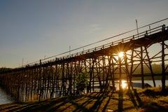 Большой мост сделанный из древесины для использования пересек от одной стороны к другой стороне реки Стоковые Фотографии RF