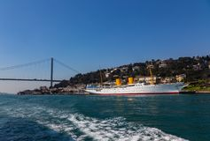 Большой мост султана Mehmed Fatih через Bosphorus и корабль моря, Турцию стоковое изображение