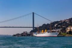 Большой мост султана Mehmed Fatih через Bosphorus и корабль моря, Турцию стоковые изображения